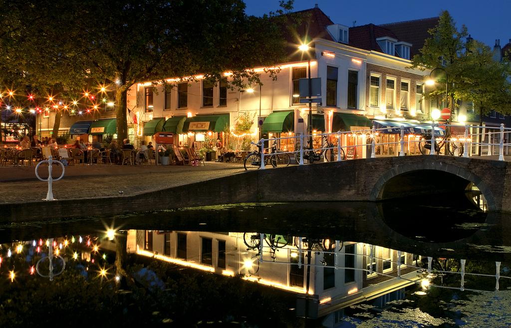 Prachtige foto van LEF Restaurant en Bar in de nacht.